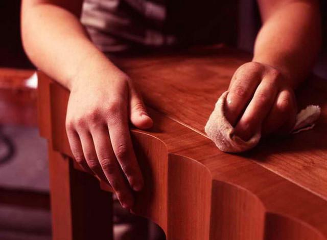 Деревянную мебель протирают тряпочкой