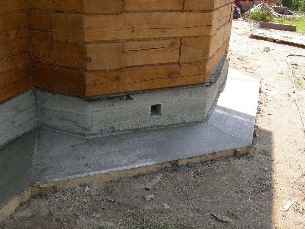 Деревянный дом с бетонной отмосткой