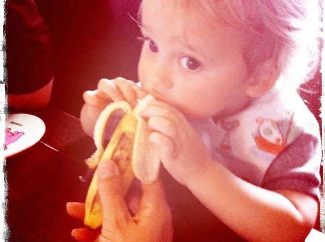 ребенок есть бананы
