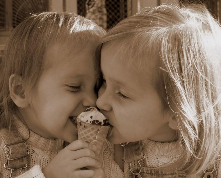Дети едят одно мороженое на двоих