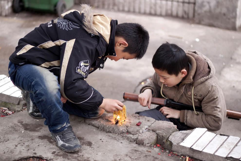 Дети играют с огнем