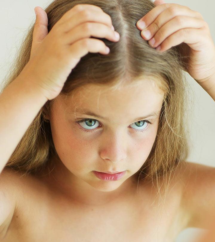 Девочка трогает руками свои волосы