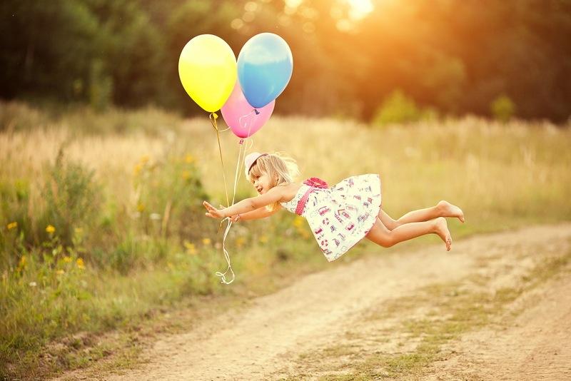 Девочка летит на воздушных шарах