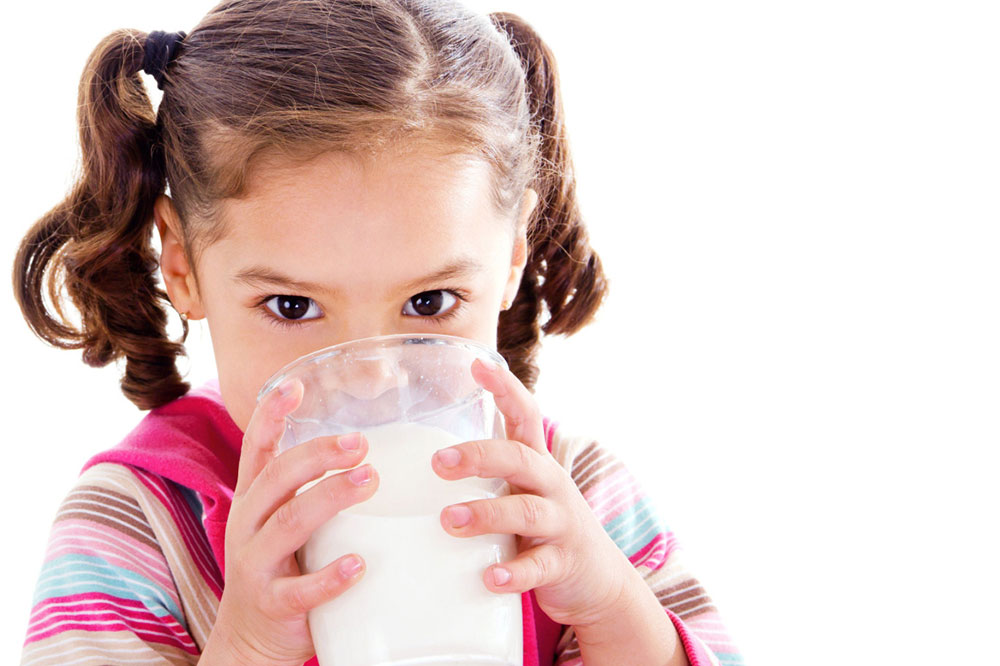 Девочка пьёт кефир