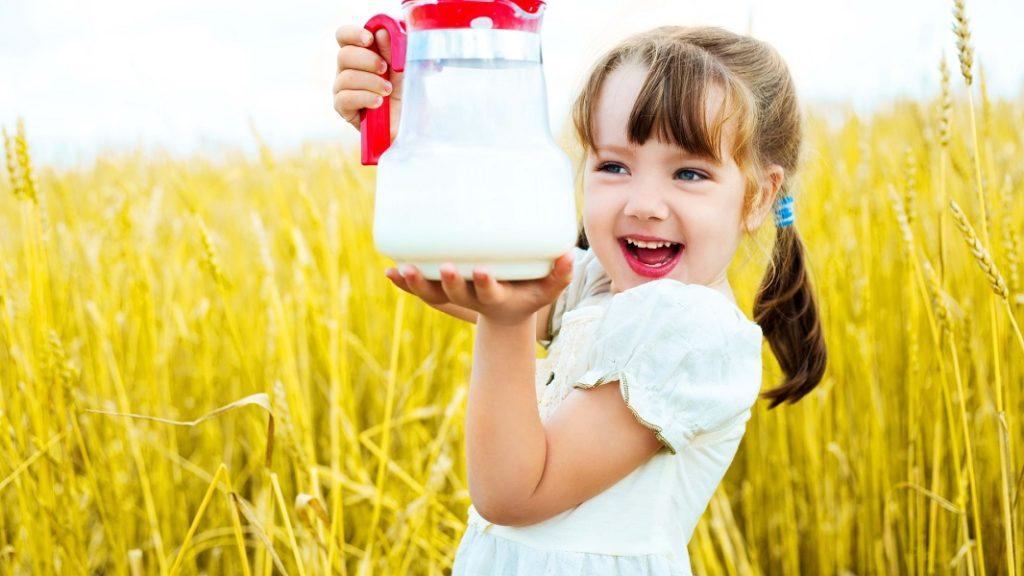 Девочка с кувшином молока