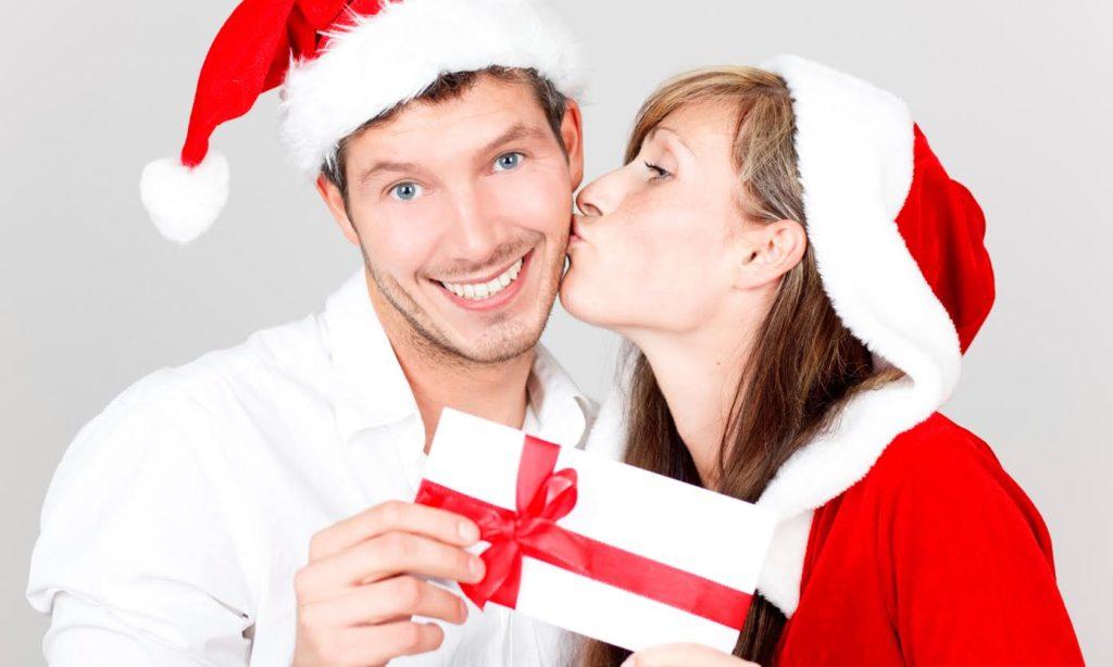 Девушка целует парня и дарит подарок