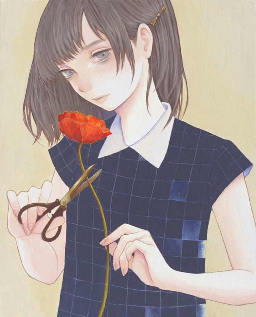 Девушка держит в руках цветок и ножницы