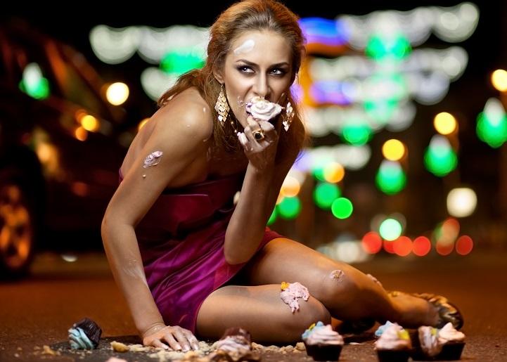 Женщина ест пирожные