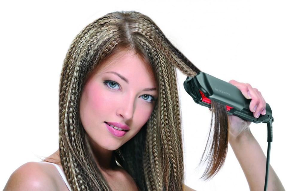 Девушка гофрирует волосы