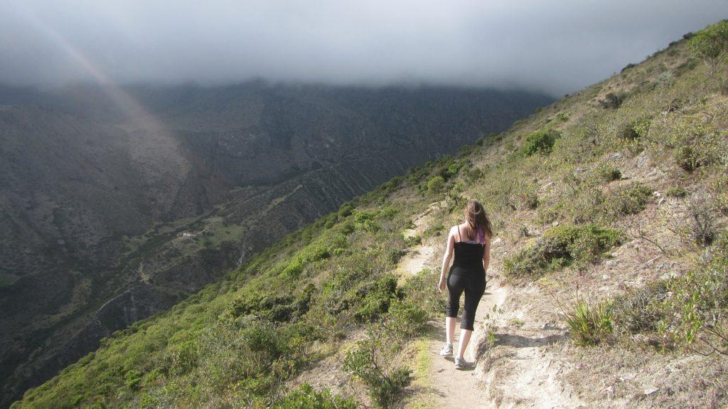Девушка гуляет по горам