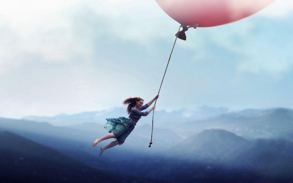 Девушка летит на воздушном шаре
