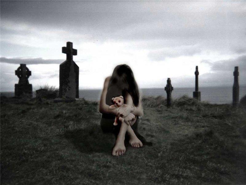 Девушка плачет на кладбище