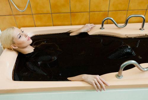 Девушка принимает ванну с нафталаном