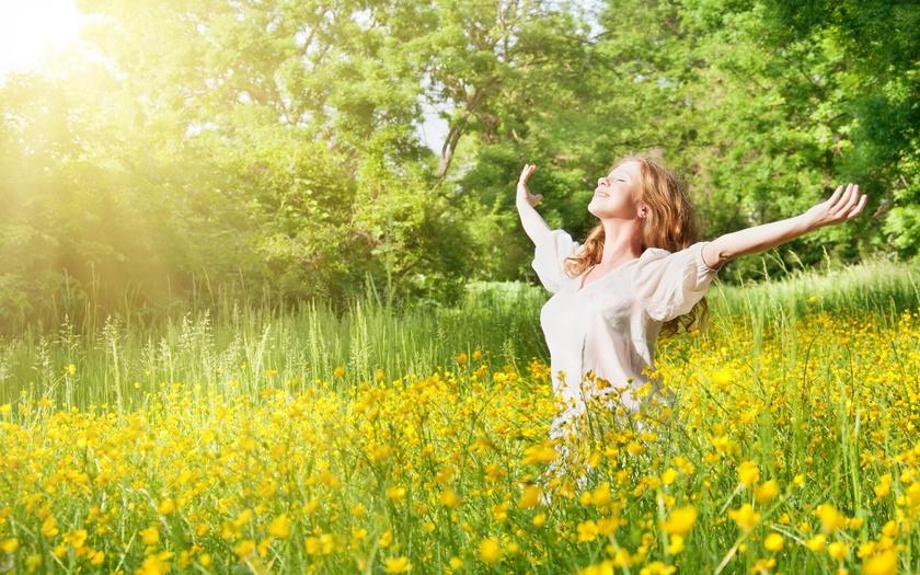 Девушка радуется лучам солнца