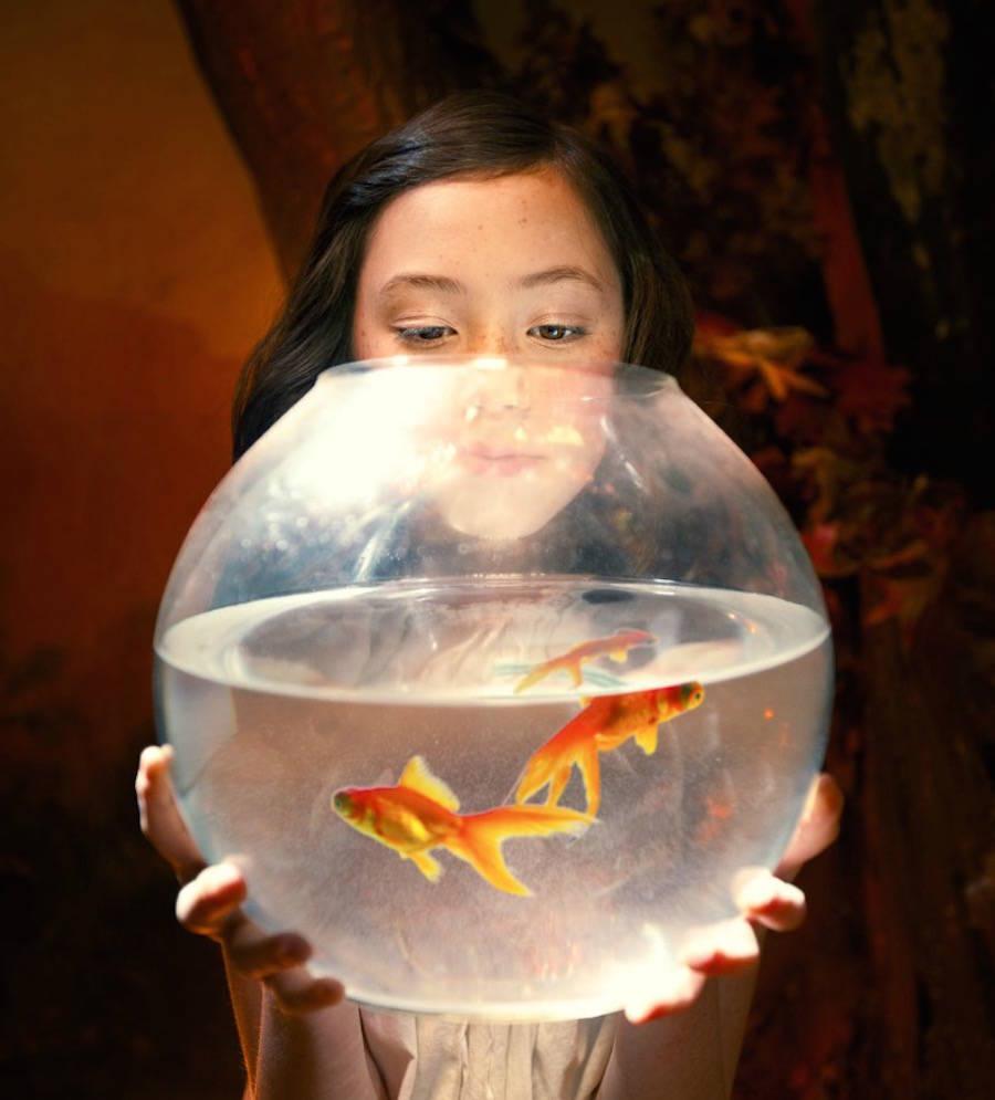 Девушка с аквариумом в руках