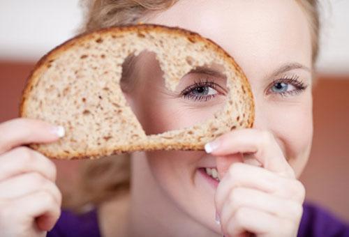 Девушка с кусочком хлеба