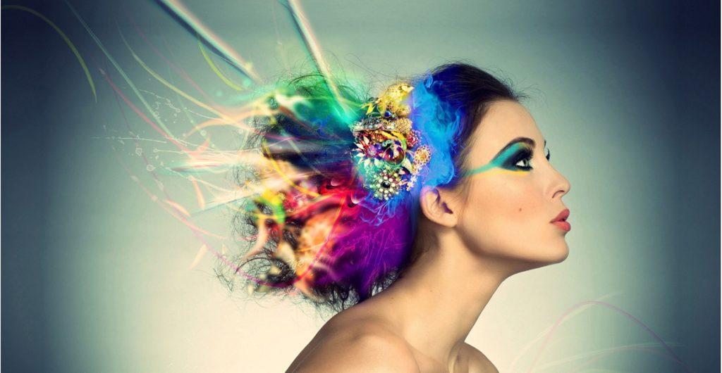 Девушка с волосами, переливающимися разными цветами