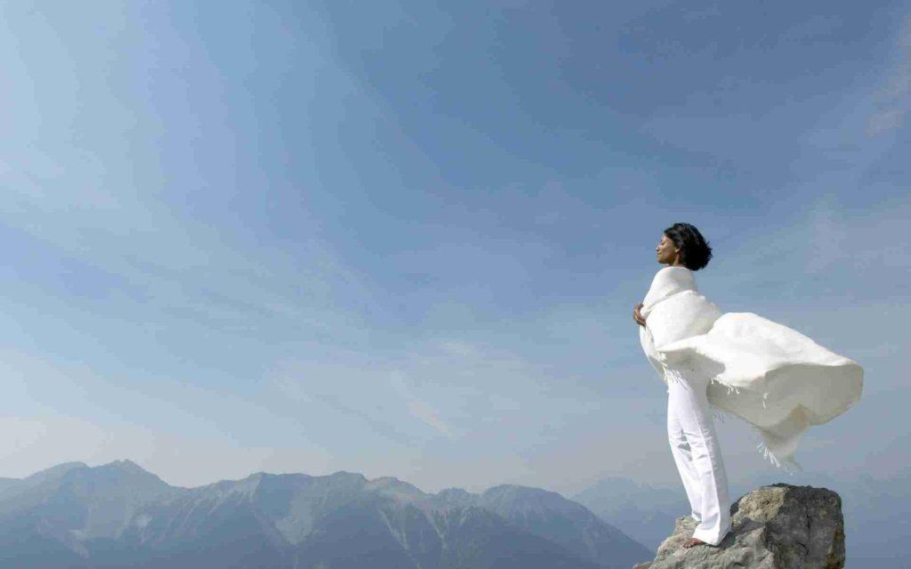 Девушка стоит на горе