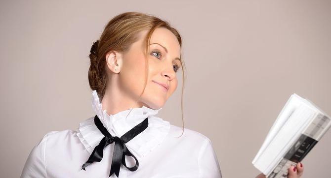 Девушка в белой рубашке с чёрным галстуком-ленточкой