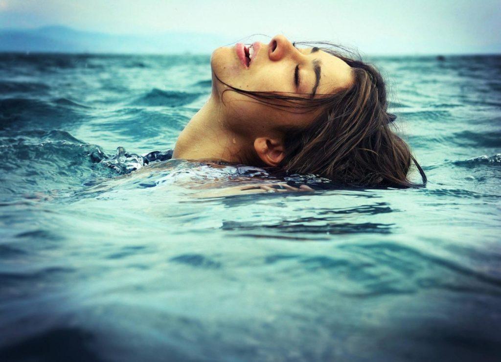 девушка в океане