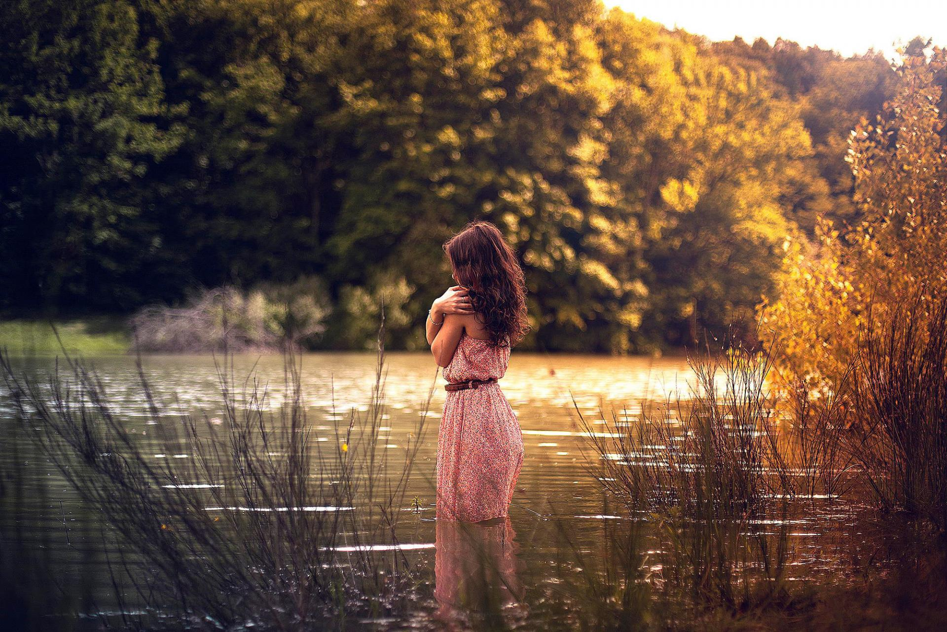Фото девушек со спины на реке
