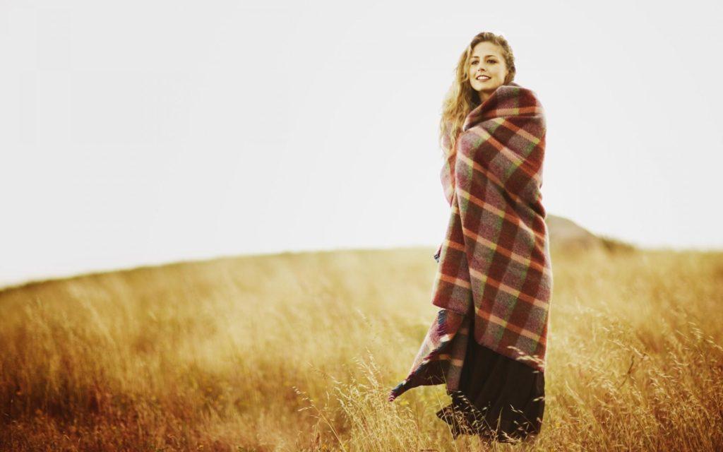Девушка закуталась в одеяле