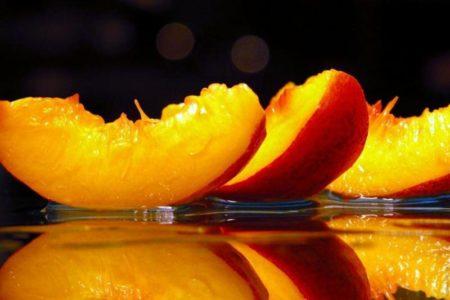 Персиковое масло для волос: польза и варианты применения