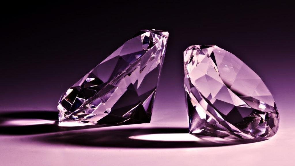 Два крупных бриллианта