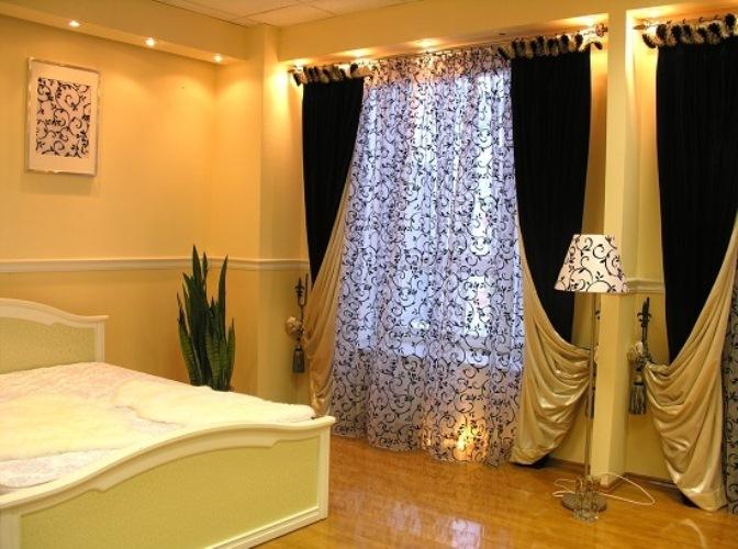 Двусторонние плотные портьеры в спальной комнате
