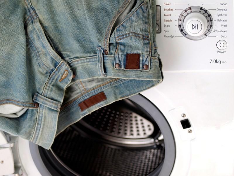 Стиральная машина и джинсы