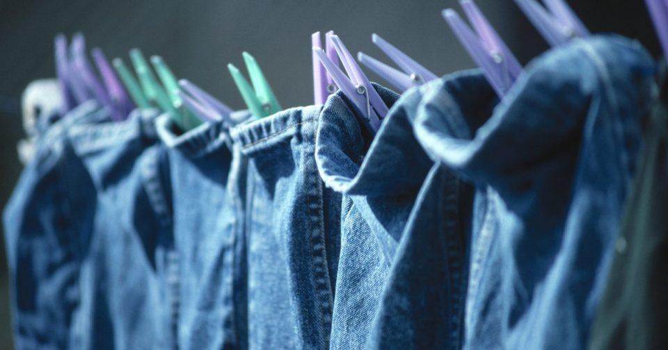 Сохнут джинсы на верёвке, закреплённые за низ штанов