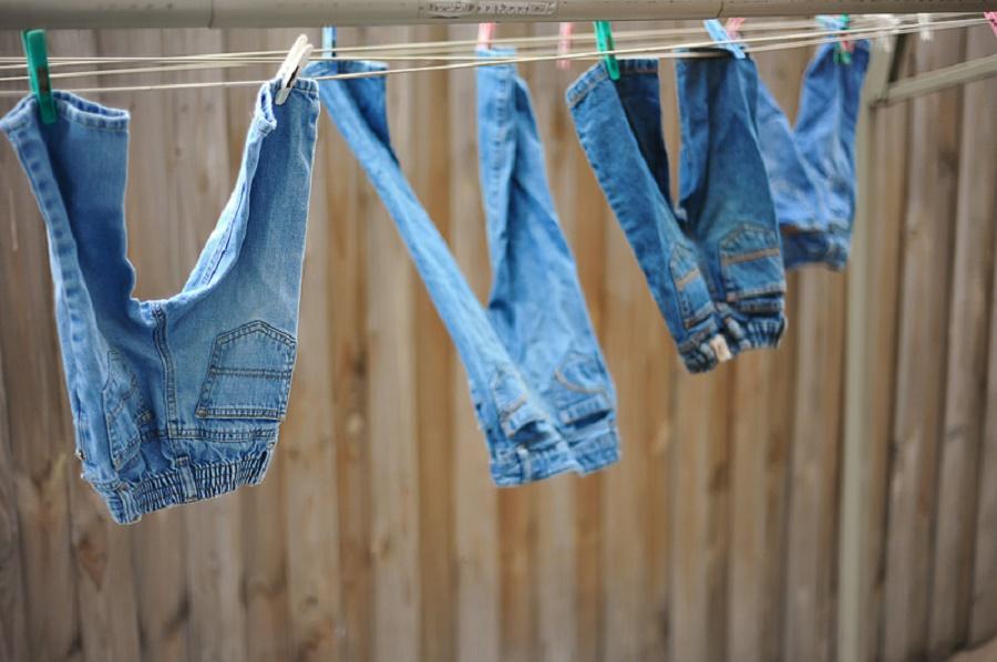 Сушат джинсы на улице