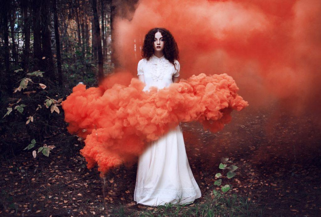 Девушка в красном дыму