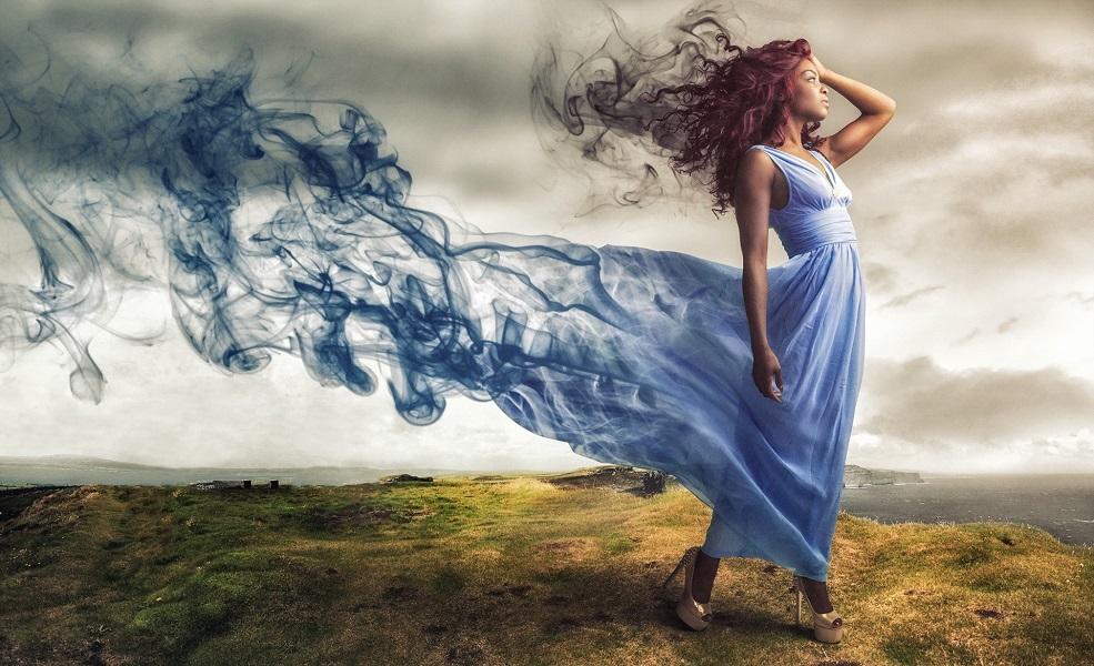Платье женщины превращается в дым