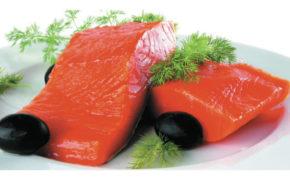 Филе рыбы на белой тарелке
