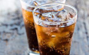 Газированнный напиток в прозрачном бокале
