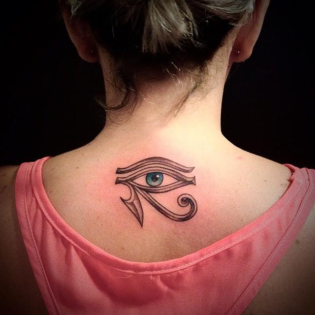 Татуировка в виде Глаза Гора в верхней части спины
