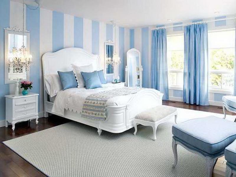 Нежно-голубые шторы в светлой спальне
