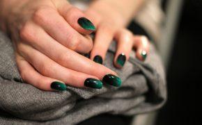 Бирюзовый градиент на ногтях