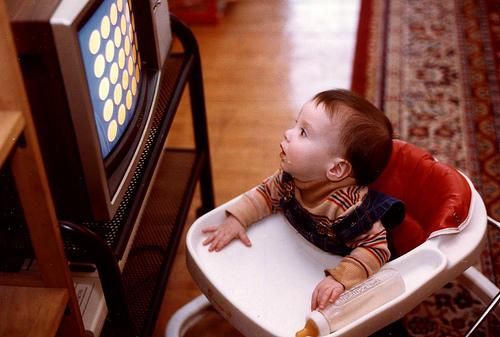 Грудничок смотрит на экран