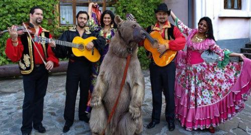 Группа цыган и медведь