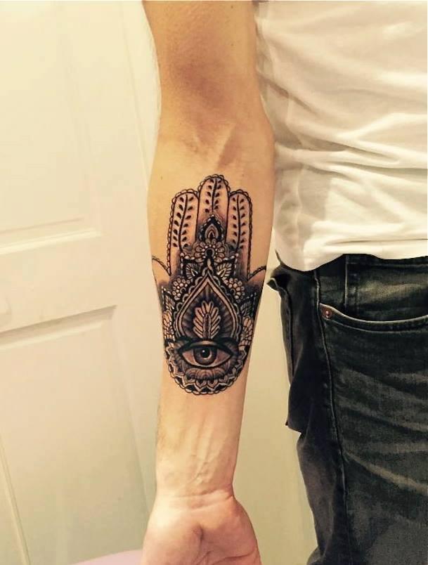 Хамса татуировка на мужчине