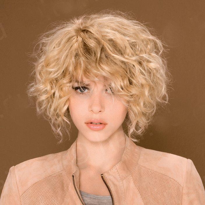Химическая завивка на коротких светлых волосах