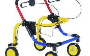Ходунки с жёлто-чёрными колёсами, голубой, жёлтой и красной рамой
