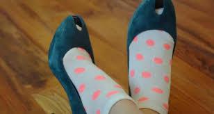 Растягивание туфель с помощью носков
