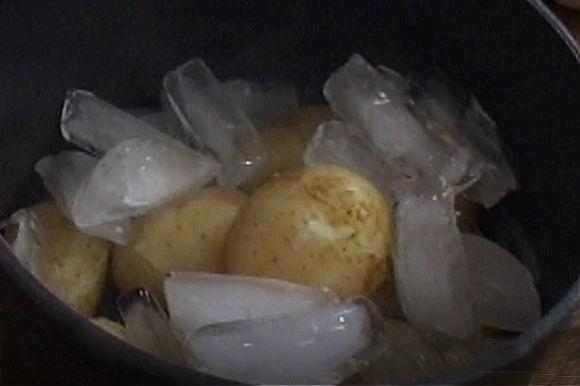 Картофелины в воде со льдом