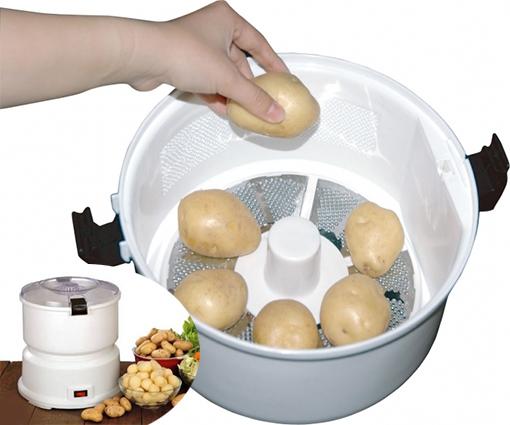 Картошку укладывают в картофелечистку