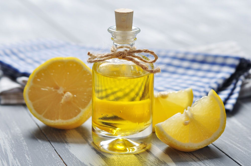 Лимон и флакон с маслом