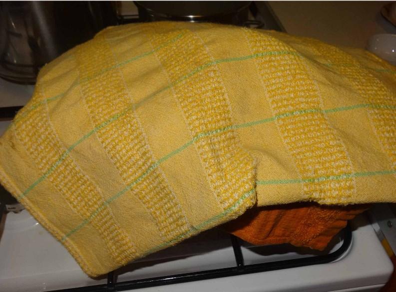 Кастрюля под двумя полотенцами