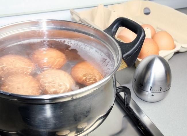 Кастрюля с куриными яйцами